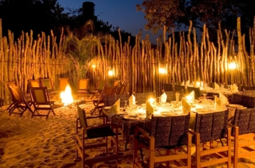 Lunga River Lodge, Kafue, Zambie, camp fire