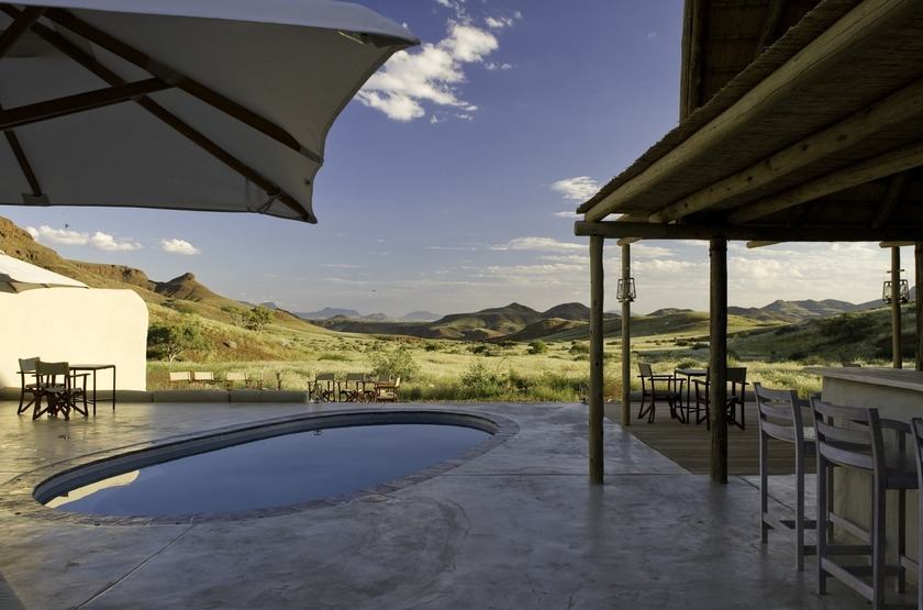 Namibie   damaraland camp   piscine   bar slideshow