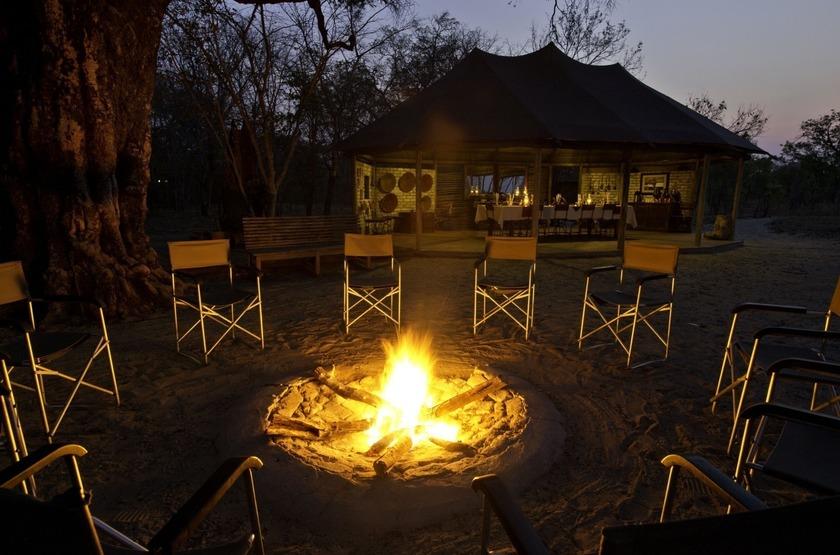 Little Makalolo, Parc Hwange, camp fire