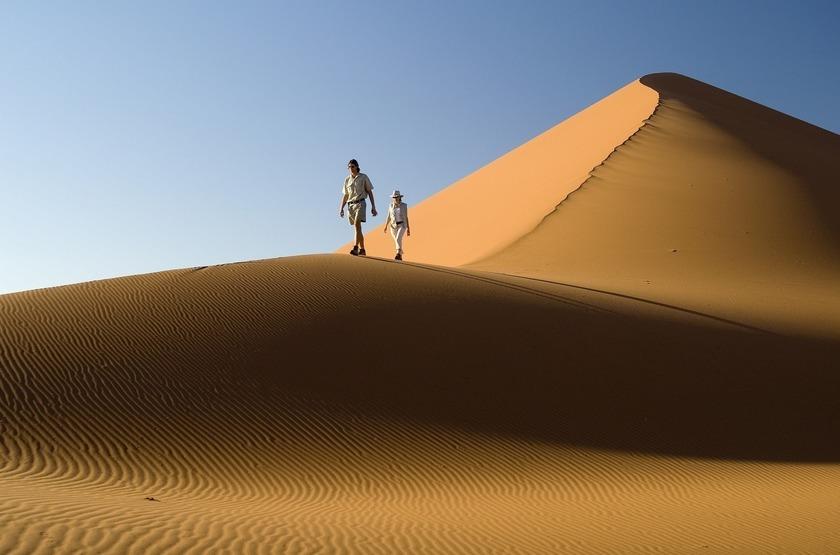 Kulala Desert Lodge, Sossuvlei, Namibie, marche dans les dunes