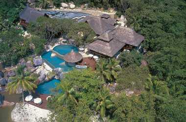 Seychelles   praslin   lemuria resort piscine   lounge listing