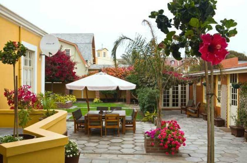 Villa marghertia   namibie swakopmund   cour interieure slideshow