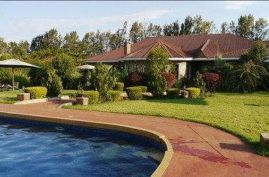 Bougainvillea lodge   piscine et jardin listing