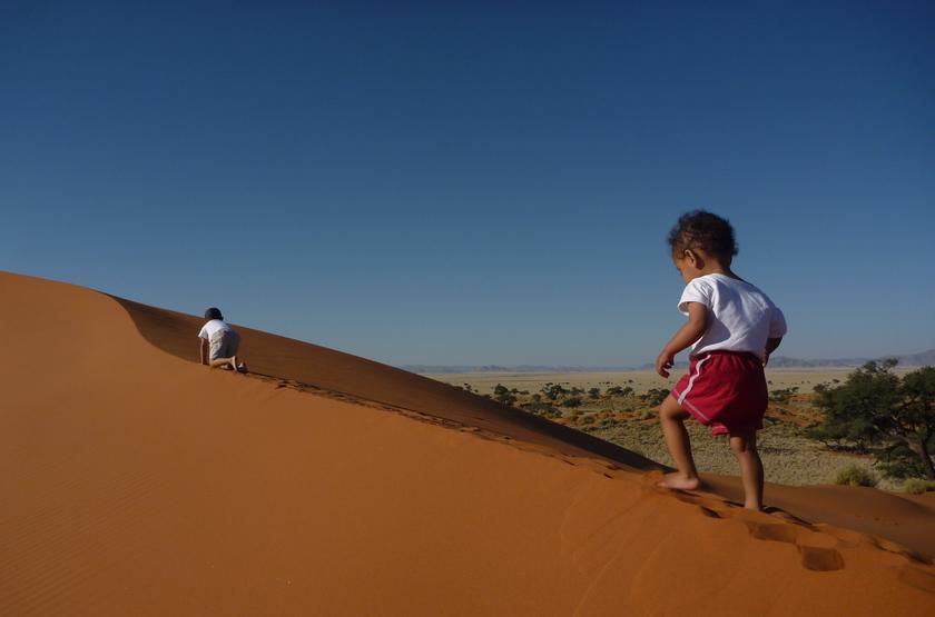 The Hideout, NamibRand, Namibie, marche dans les duns