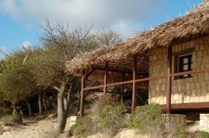 Paradisier, lagon d'Ifaty, Madagascar, bungalow