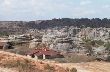 Relais de la reine   ranohira   madagascar   chambres dans les colines listing
