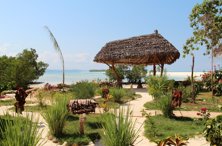 Zahir lodge   nosy be   madagascar   jardin et plage slideshow