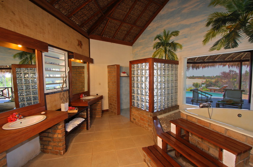 Madagascar   antsanitia resort   suite pool senior   salle de bain slideshow