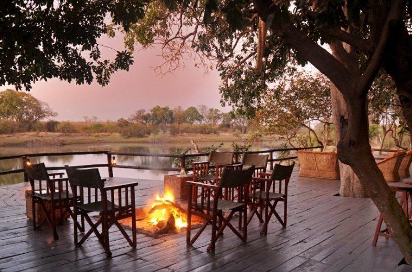 Chundu Island, Parc de Zambezi, Zimbabwe, camp fire