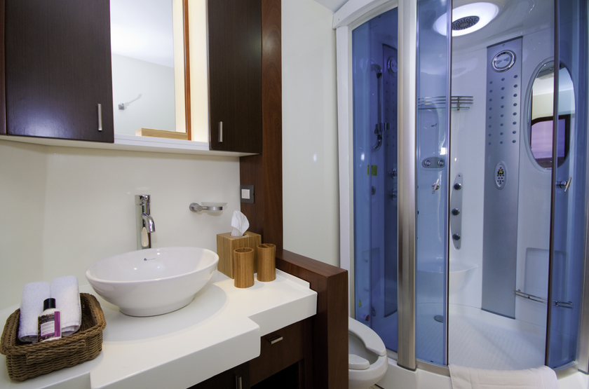 Catamaran Cormorant, Galapagos, Equateur, salle de bains