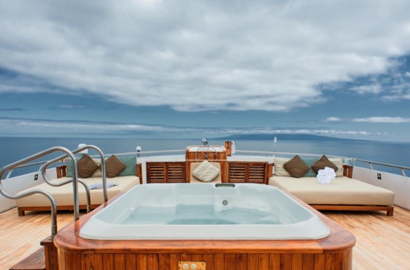 Galapagos grand odyssey  galapagos terrasse et jacuzzi slideshow