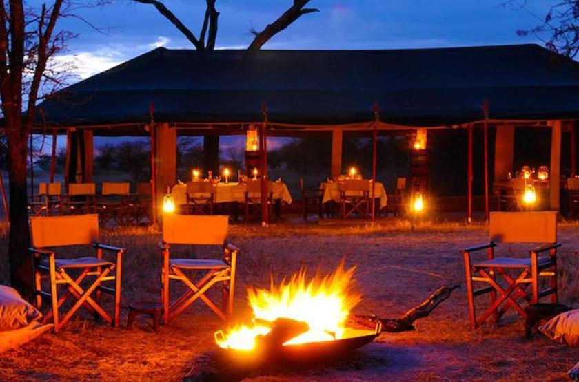 Olakira Mobile Camp, Serengeti, Tanzanie, camp fire