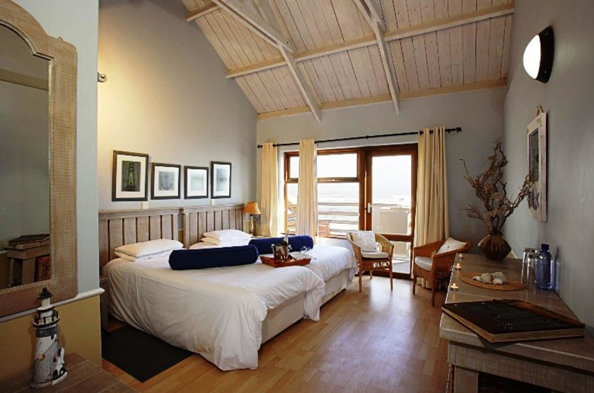 Cape cross lodge    namibie cape cross   int rieur chambre slideshow