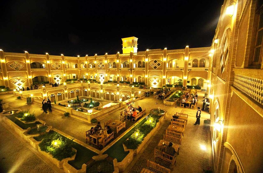 Dad Hotel, Yazd, Iran, cours intérieure by night