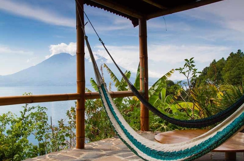 Vue sur le lac Atitlan, et le volcan San Pedro, Guatemala