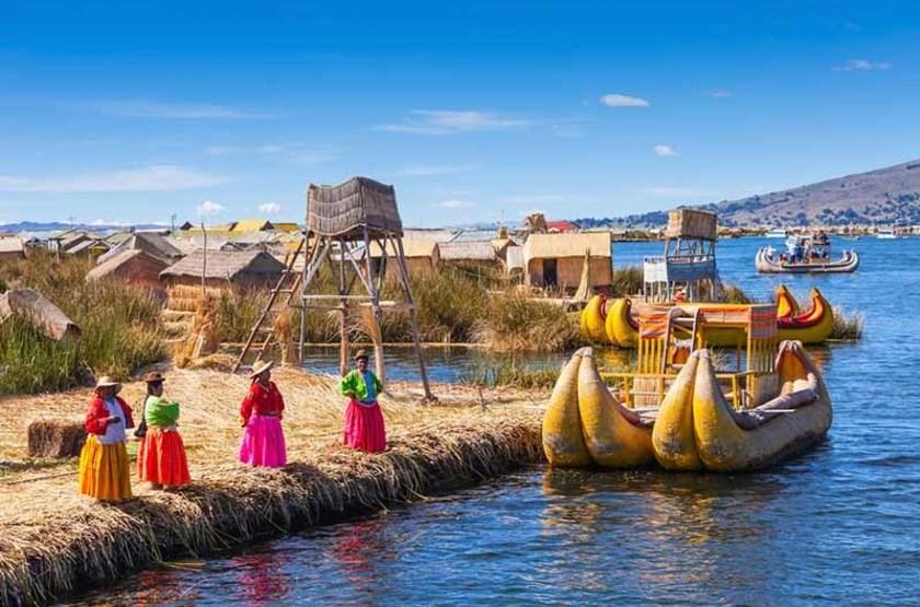 Femmes de l'île Uros, Pérou