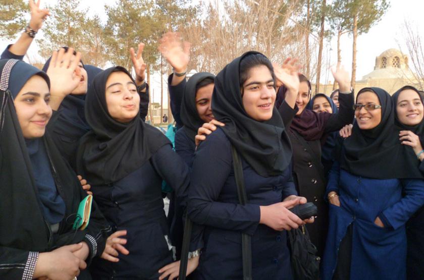 Collégiennes devant la Mosquée du vendredi à Naïn, Iran