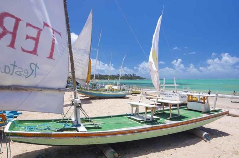 bateau de pèche sur la plage de Maceio, Brésil