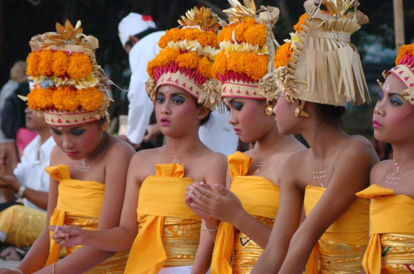 Jeunes danseuses balinaises, Indonésie