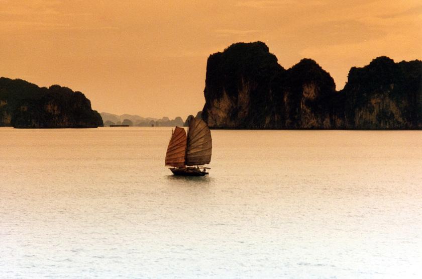 Jonque dans la Baie d'Halong, Vietnam