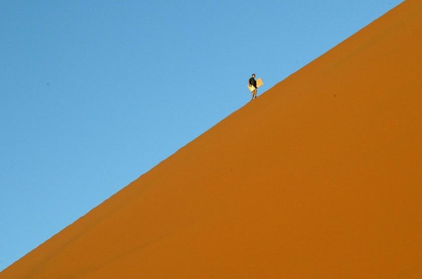 Marche dans les dunes de Sossusvlei, Namibie