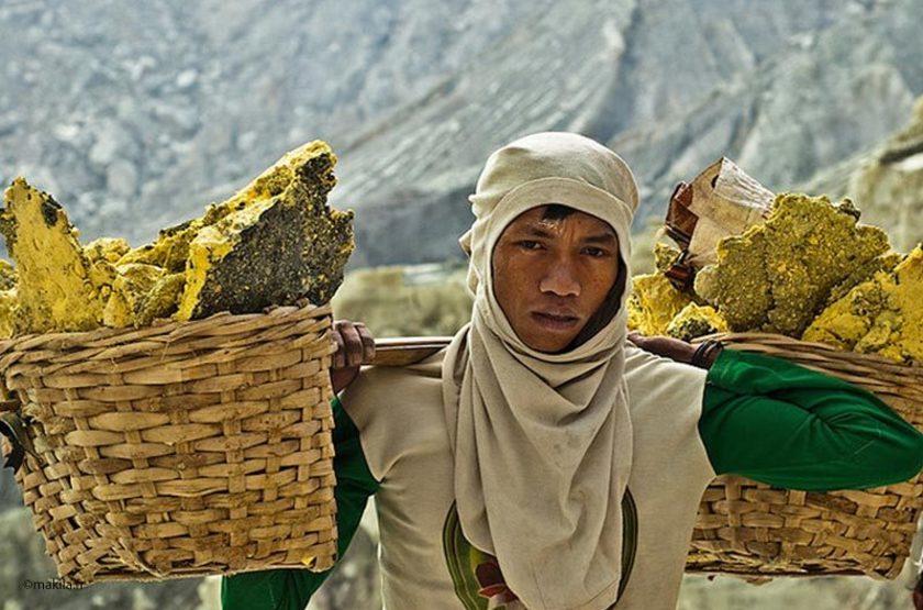 Porteur de soufre, Mont Ijen, Java, Indonésie