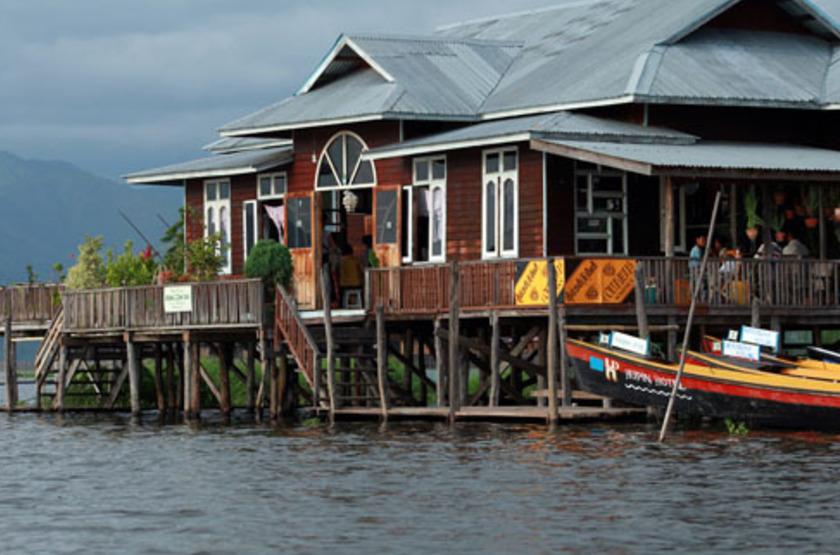 Maisons flotantes sur le lac Inle, Birmanie