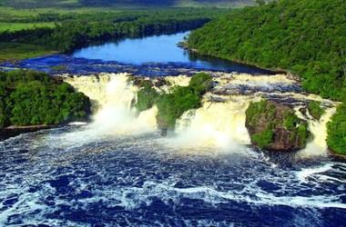 Paysages luxuriants, douceurs des Caraïbes, un dégradé de vert et de bleu, voyage Amériques