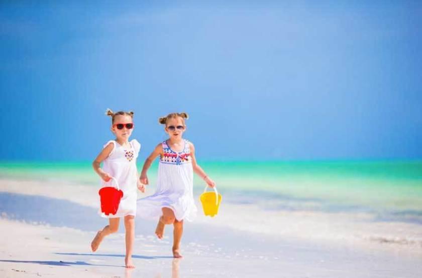 Enfants au bord de l'océan