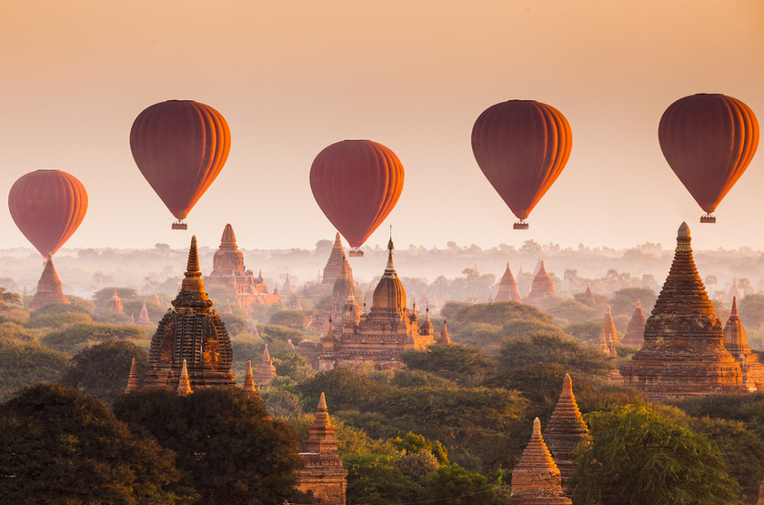 Montgolfières au dessus de Bagan, Birmanie