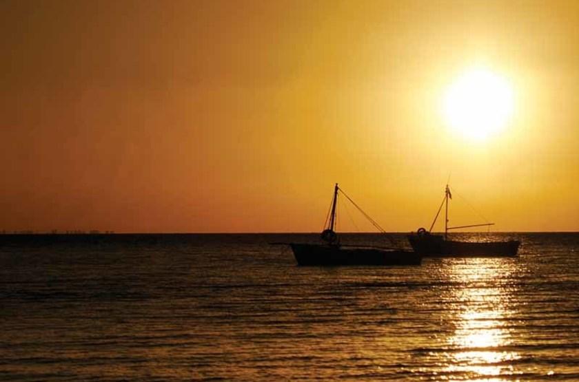 Bateaux dans le soleil levant, Baie de Maputo, Mozambique