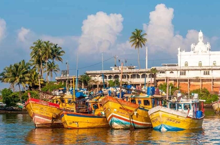 Bateaux dans le port de Bentota, Sri Lanka