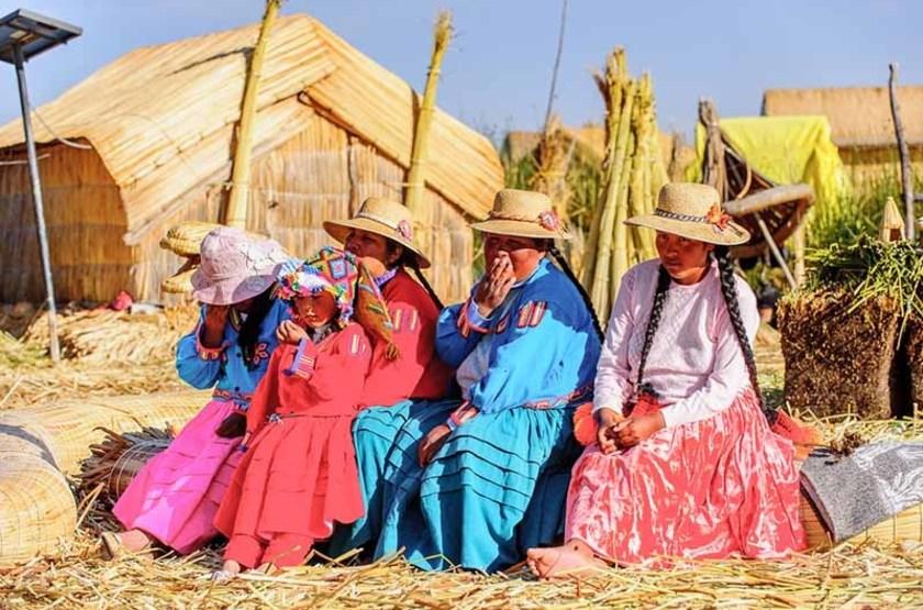 Femmes des îles flottantes, lac Titicaca, Pérou